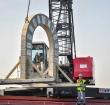 Van Velzen laat betonnen boog afzinken in Zegerplas