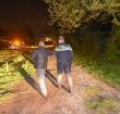 Auto bijna te water, politie houdt één persoon aan