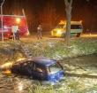 Brandweer redt vrouw uit te water geraakte auto