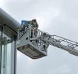 Brandweer redt kauw van dakrand Scala College