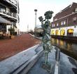 Moeder met kind keert terug aan de Anne Frankkade