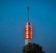 Zendmast verlicht in rood en geel voor Sinterklaas