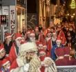 Kerstmannen lopen door Alphen tijdens de Santarun