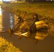 Auto raakt te water langs de Leidse Schouw