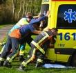 Brandweer moet vastzittende ambulance lostrekken