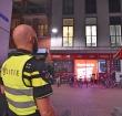 Raam van politiebusje ingegooid met een bierflesje