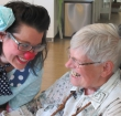 Contactclown loopt rond in verpleeghuis Oudshoorn