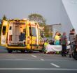 Motorrijder knalt op slagboom Maximabrug