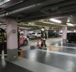 Brandweer in parkeergarage centrum voor benzinelek