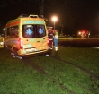 Brandweer schiet vastzittende ambulance te hulp