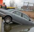 Auto belandt in sloot naast parkeerplaats Aziëlaan