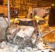Auto rijdt dwars door bouwketen en vliegt in brand