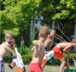 Vijftig kinderen houden watergevecht bij De Hoorn