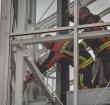 Brandweer redt kat uit liftschacht op de Evenaar