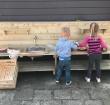 Peuters kinderdagverblijf Katrijn verrast met mini buitenkeuken