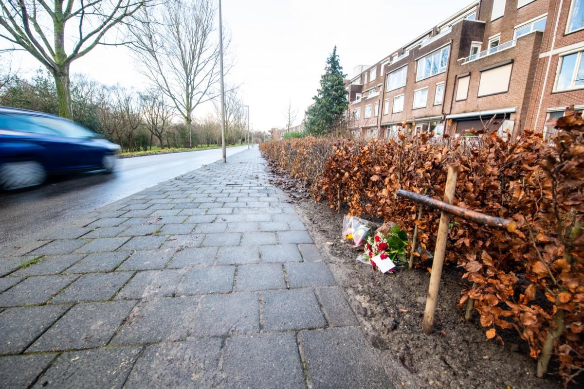 Bloemen en kruis op plek van ongeval Kalkovenweg