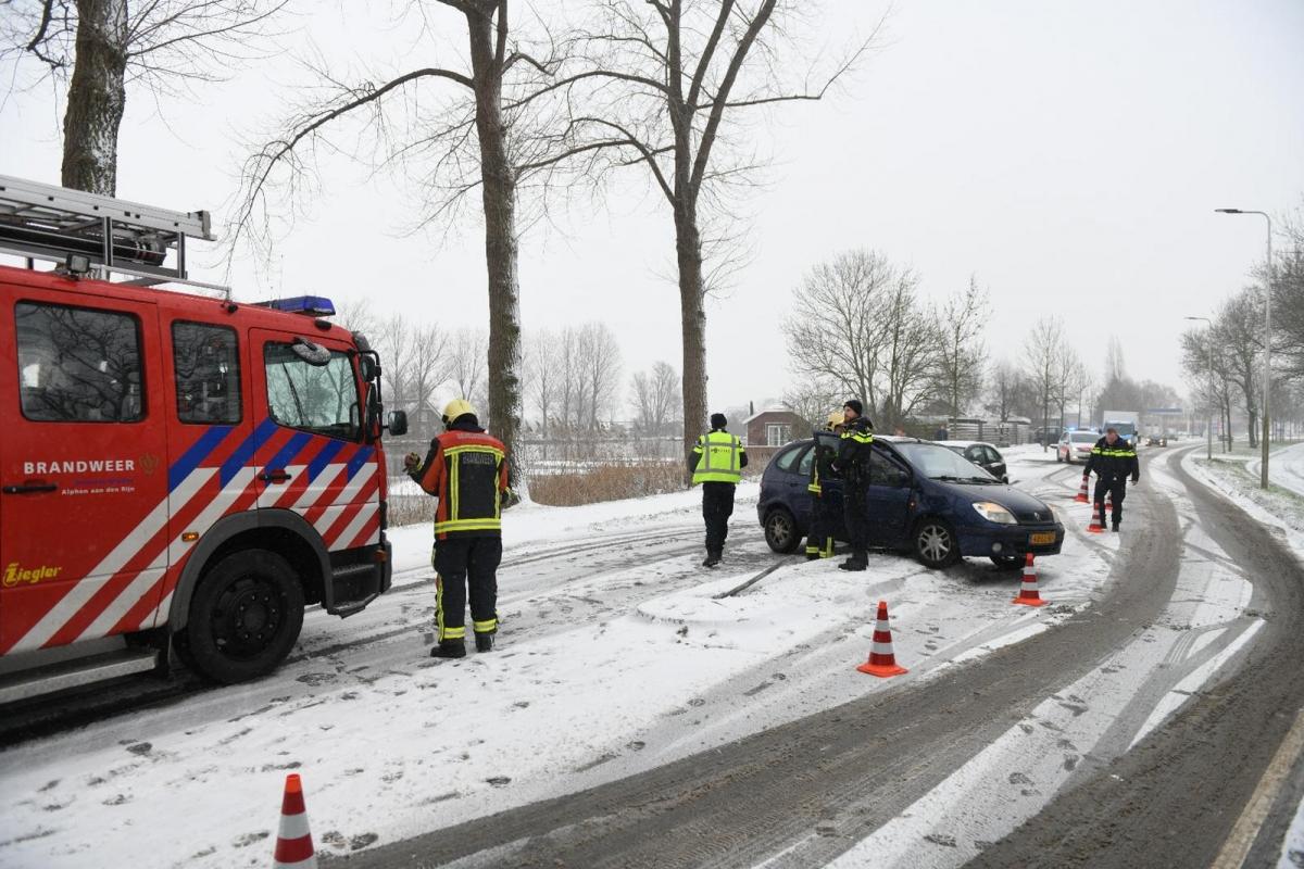 Auto slipt en botst tegen paaltje op de Steekterweg