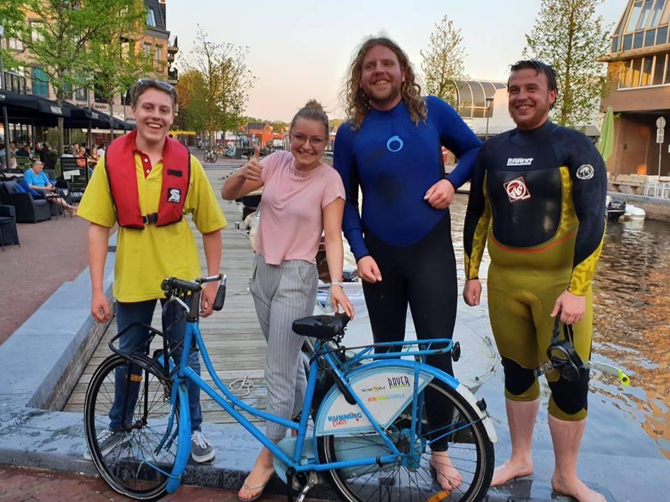 Alphense Reddingsbrigade in actie voor fiets te water