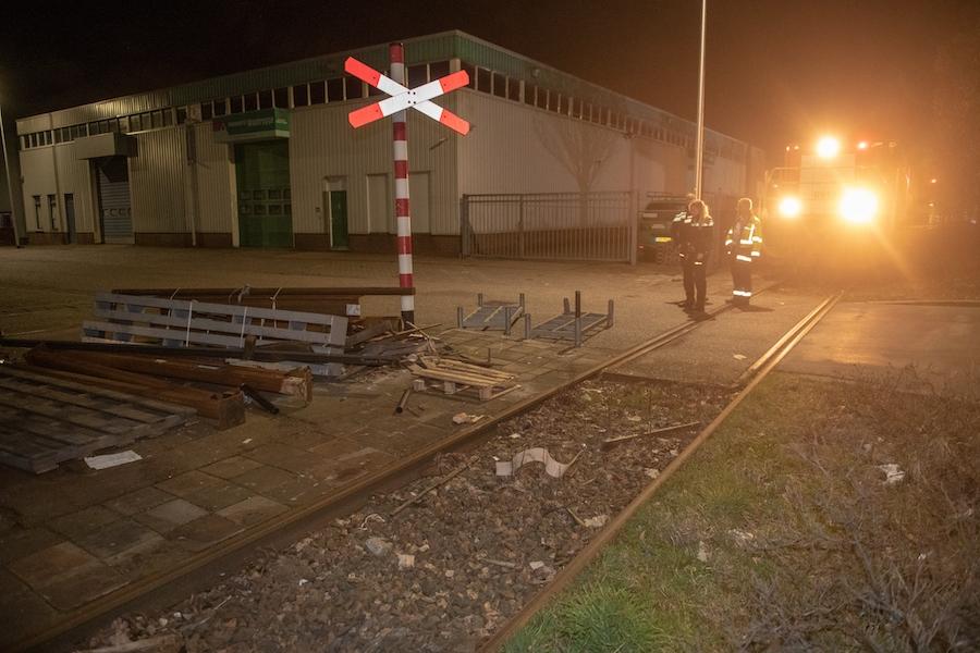 Locomotief ramt pallet en raakt beschadigd