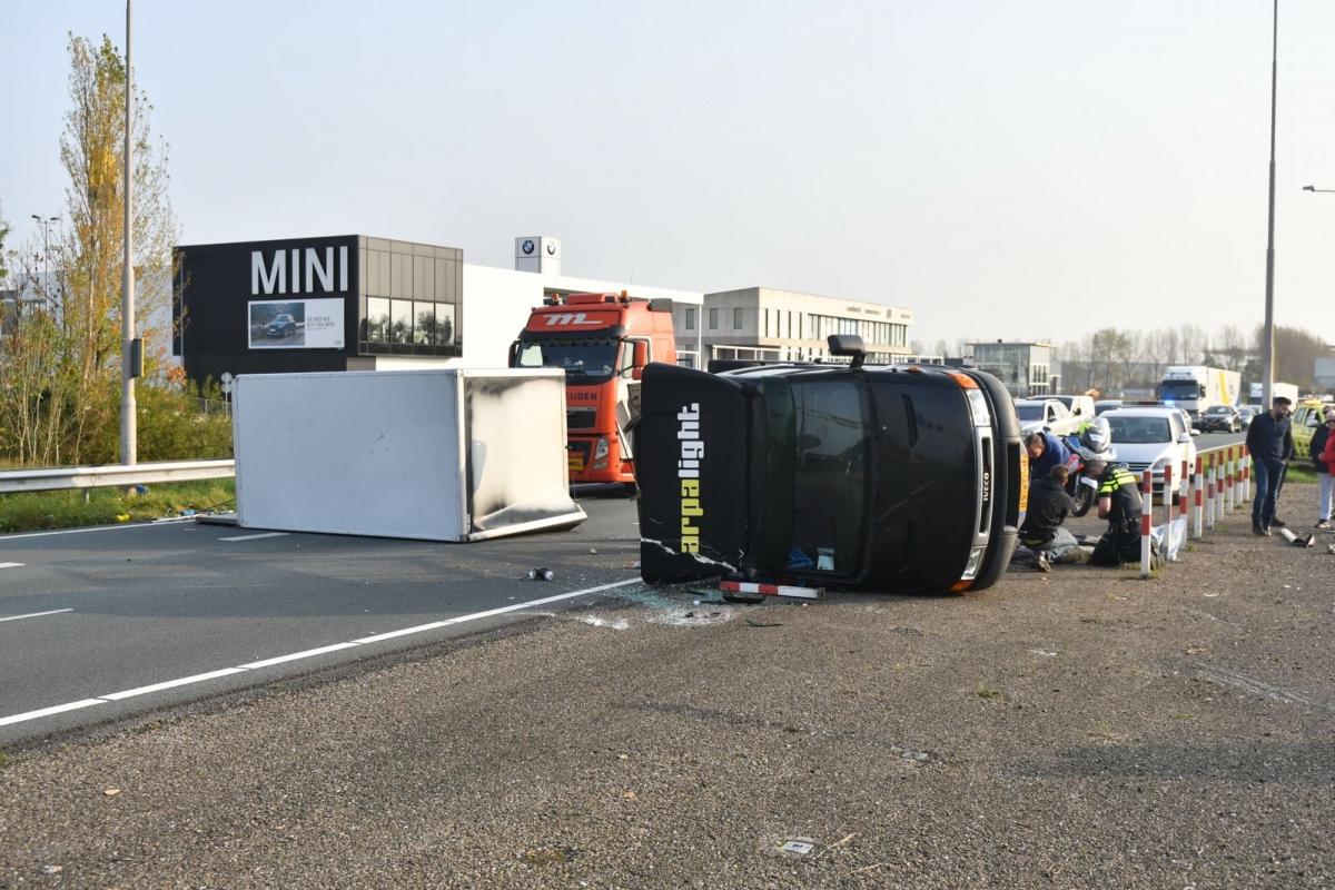 Verkeer vast op de N11 door gekantelde vrachtwagen