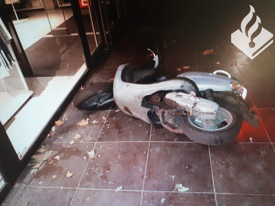 Achtervolging scooter eindigt tegen gevel van H&M