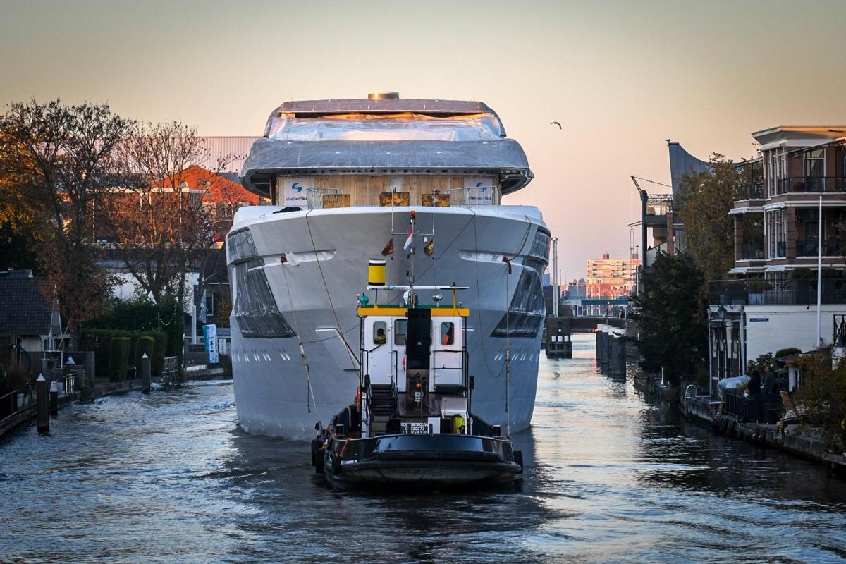Casco megajacht vaart over Oude Rijn door Alphen