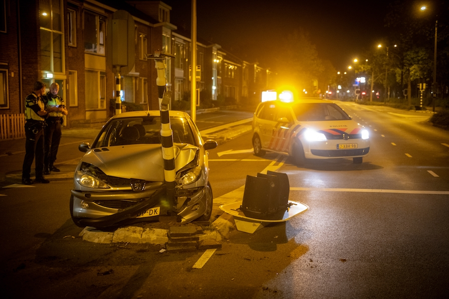 Auto klapt op verkeerslicht op de Prins Bernhardlaan