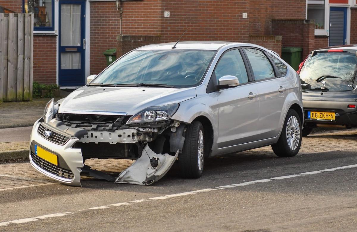 Autos zwaar beschadigd na botsing Paddestoelweg
