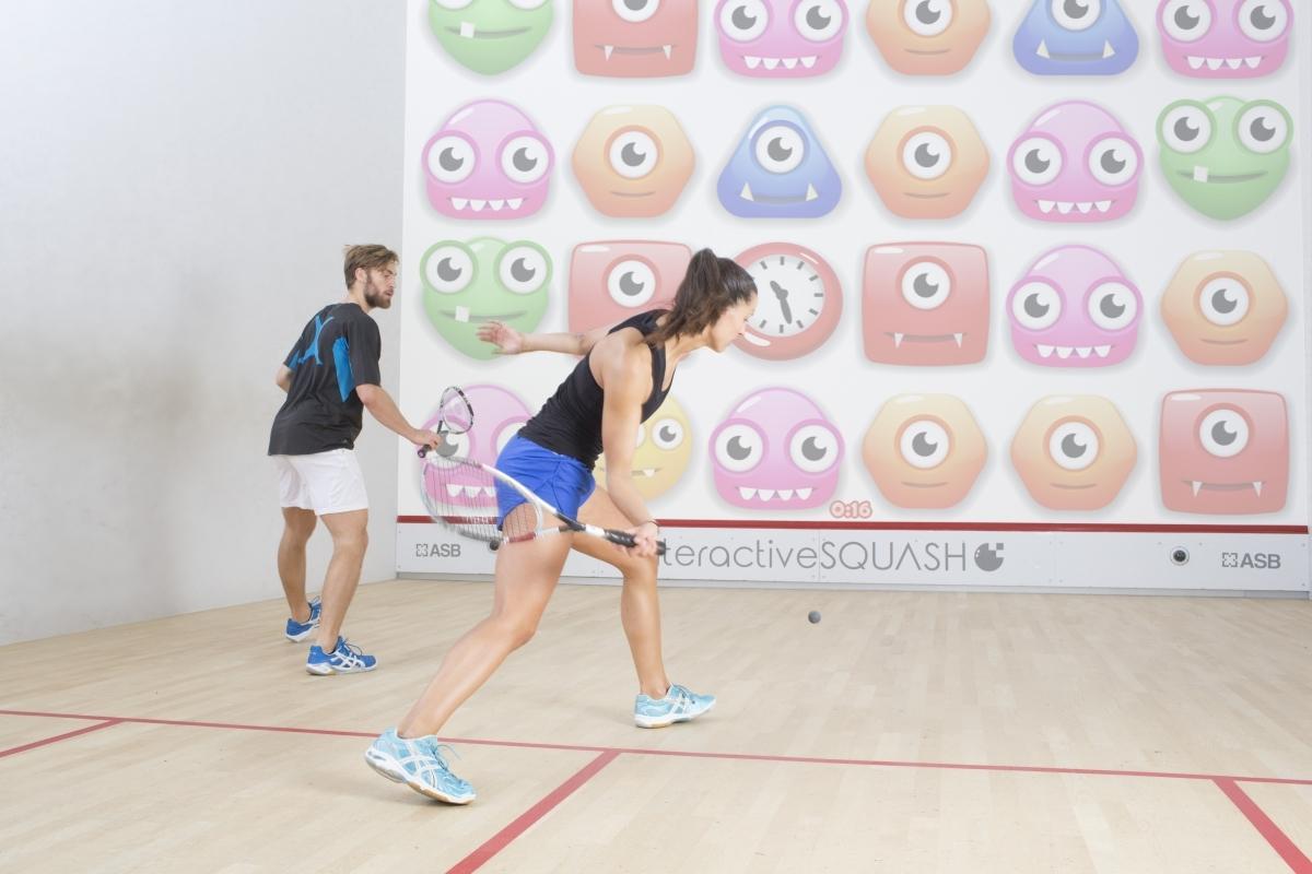 Innovatie laat jeugd sportief gamen op de squashbaan