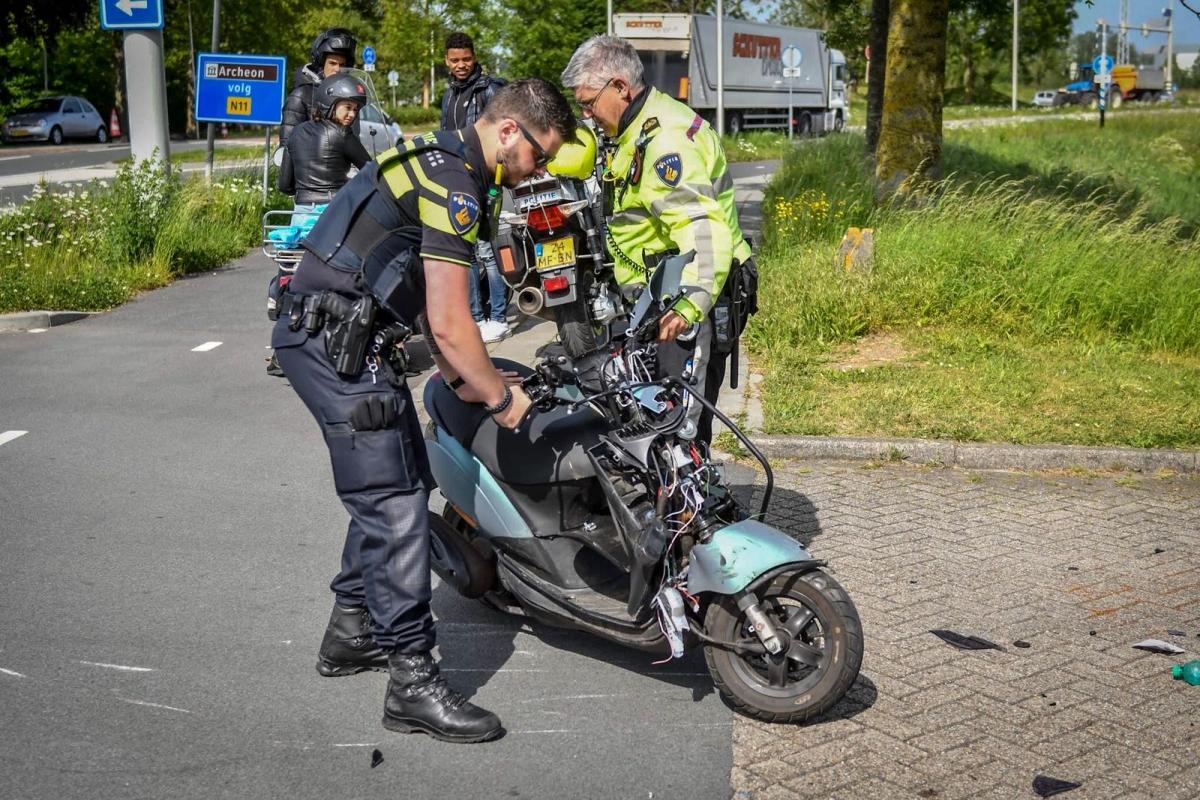 Botsing tussen Bakwagen en scooter op de Rijndijk