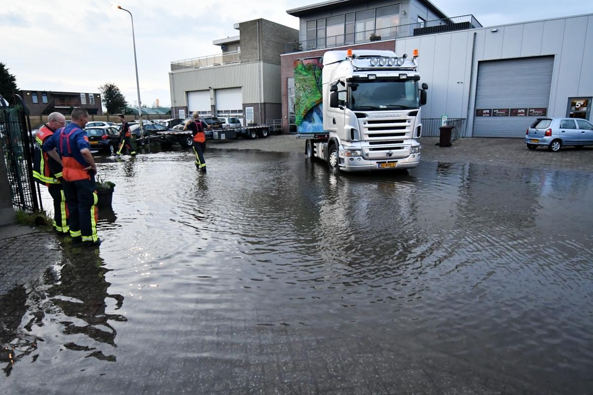 Diverse straten in Alphen onder water na hoosbui