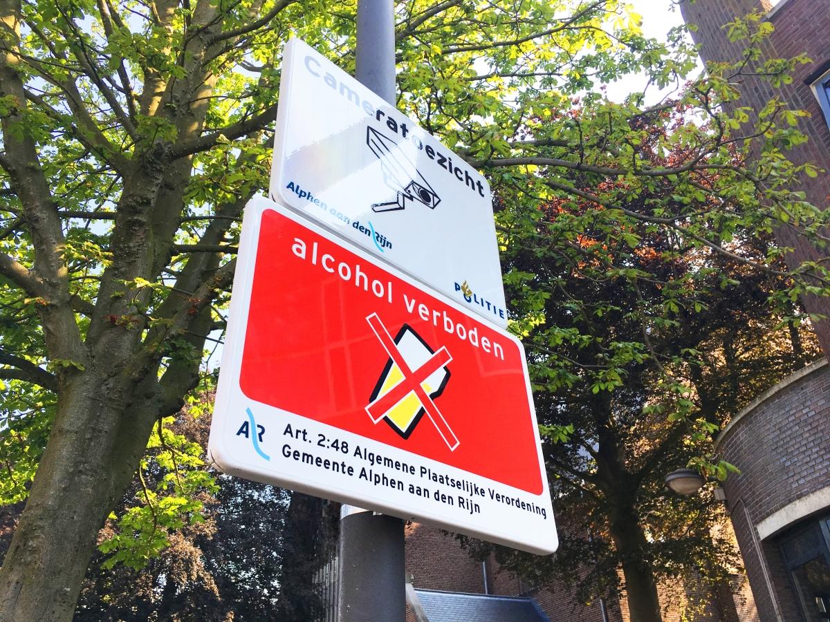 Alcohol verboden- bordjes geplaatst in het centrum