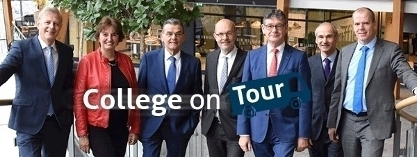 Waar hangt het college van Alphen aan den Rijn uit?