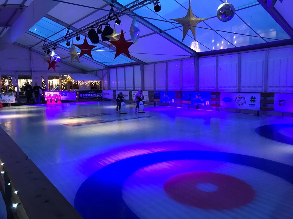 Overdekte ijsbaan op het Rijnplein officieel geopend