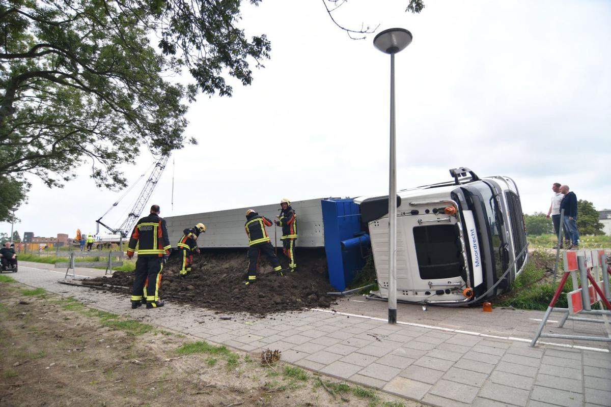 Vrachtwagen met grond gekanteld op de Meteoorlaan