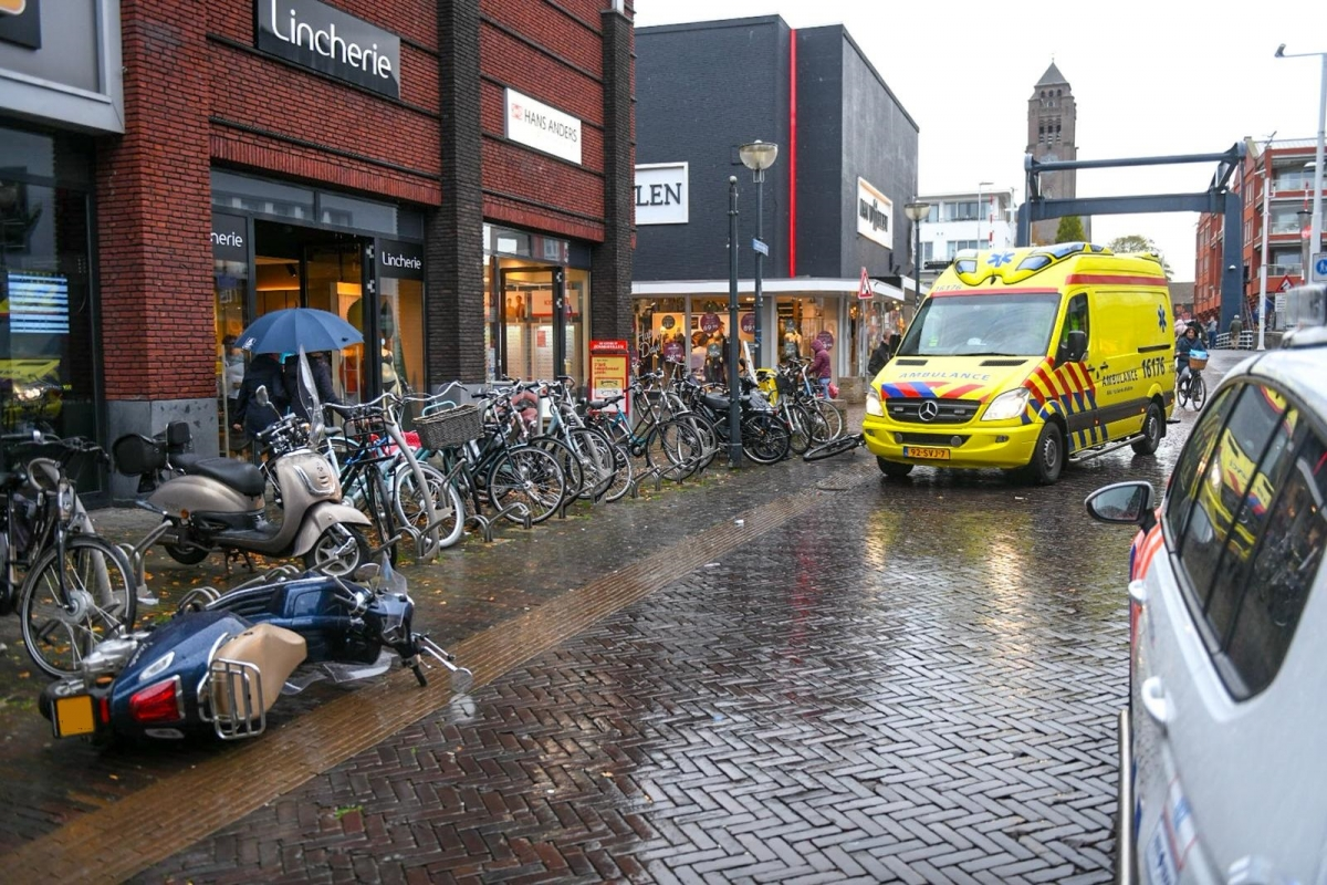 Fietser en scooter botsen op de Van Boetzelaerstraat