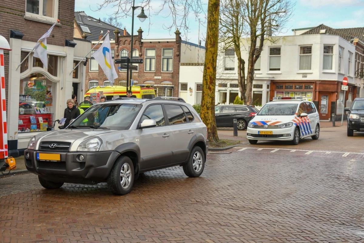 Botsing auto en brommer onderaan Swaenswijkbrug