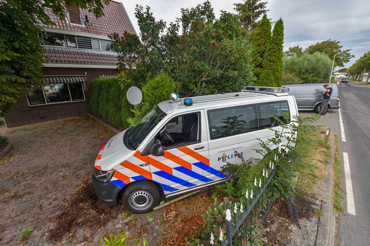 Politiebusje rijdt tuin binnen op Gnephoek in Alphen