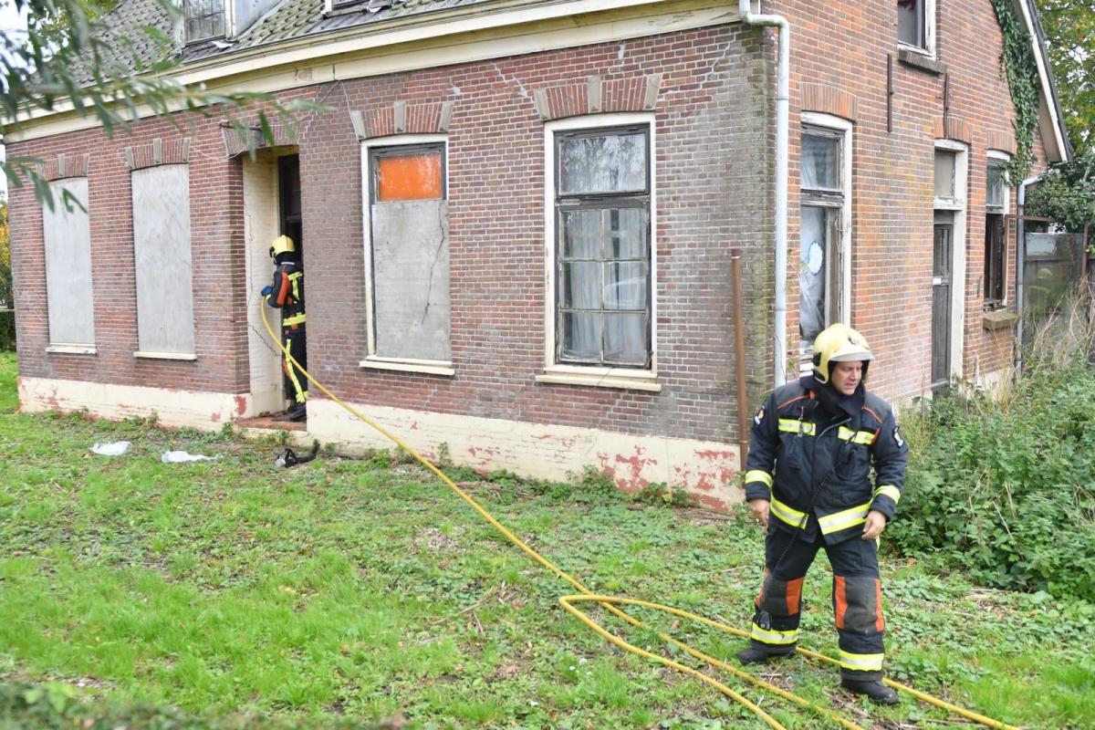 Brandweer blust brand in slooppand aan Gnephoek