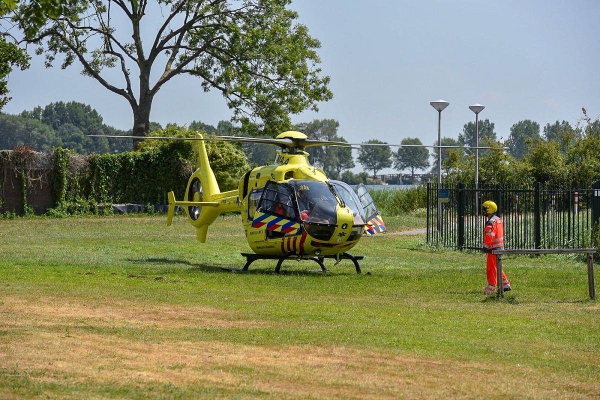 Traumahelikopter landt op Edelsteensingel in Alphen