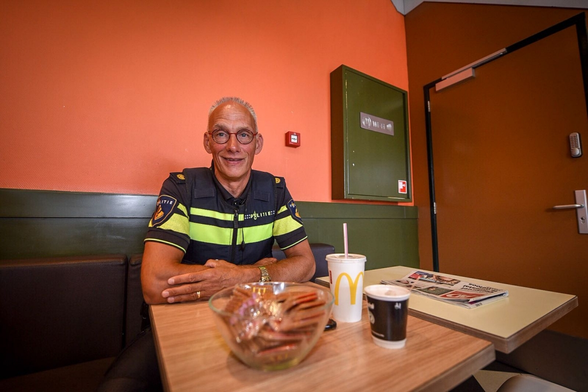 In gesprek met wijkagent Van Stralen bij McDonalds