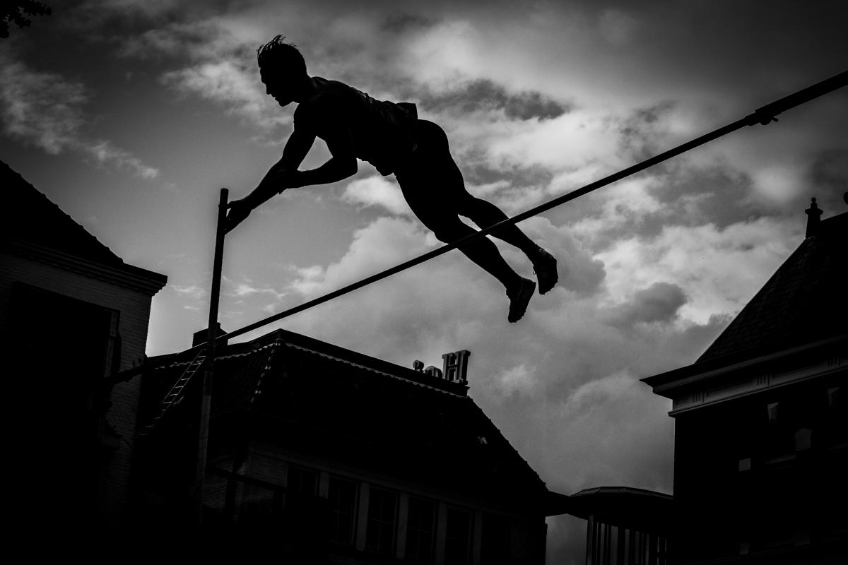 Internationale polsstokspringers op het Rijnplein
