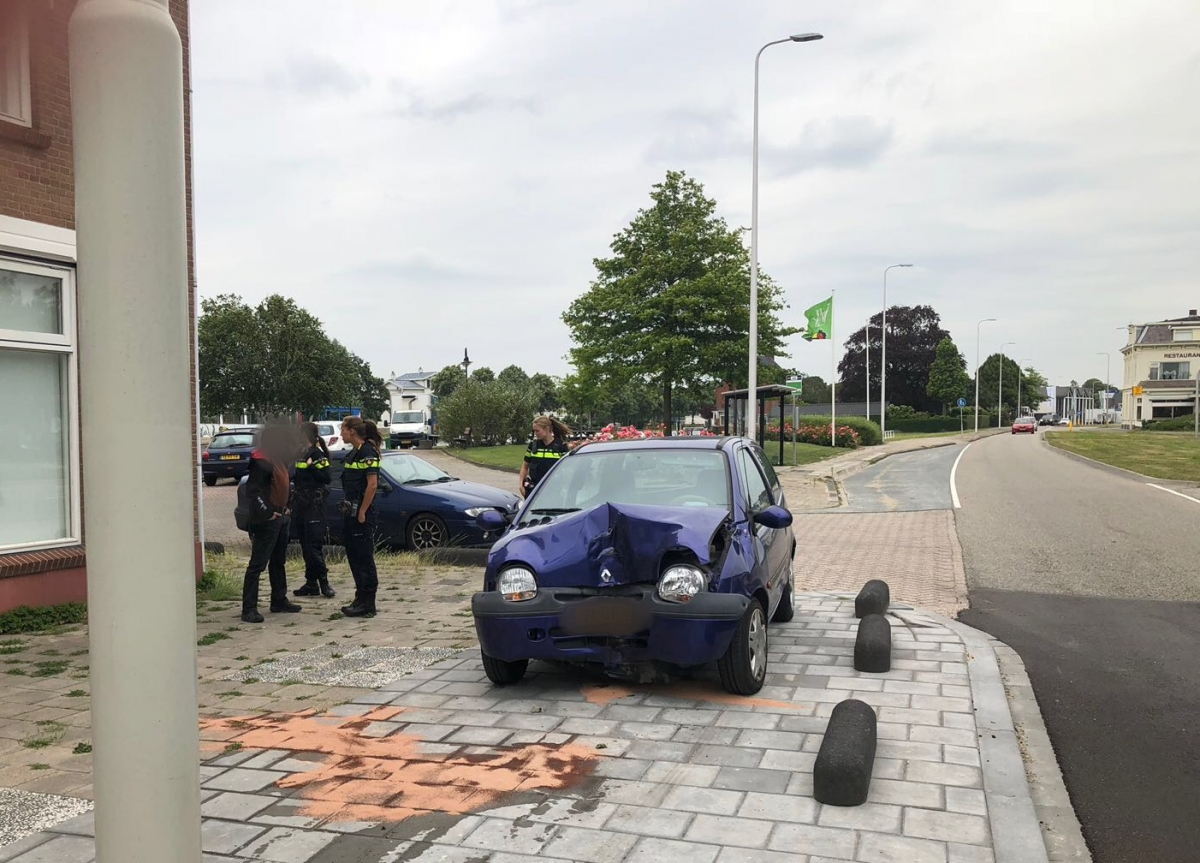Flinke schade aan auto na botsing met lantaarnpaal
