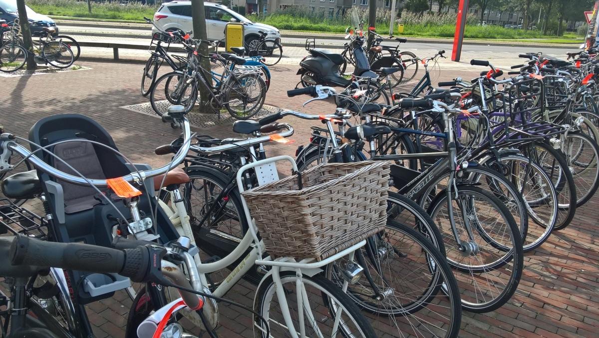 Vijftig foutgeparkeerde fietsen aangetroffen bij station