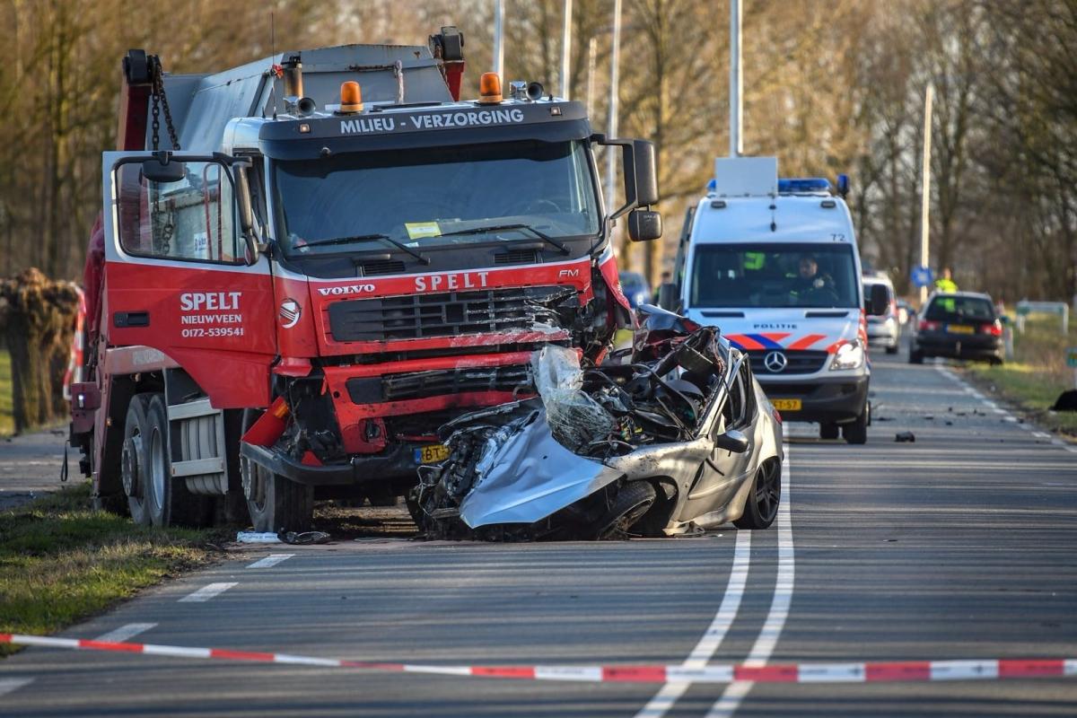 Automobilist overleden bij botsing Oostkanaalweg