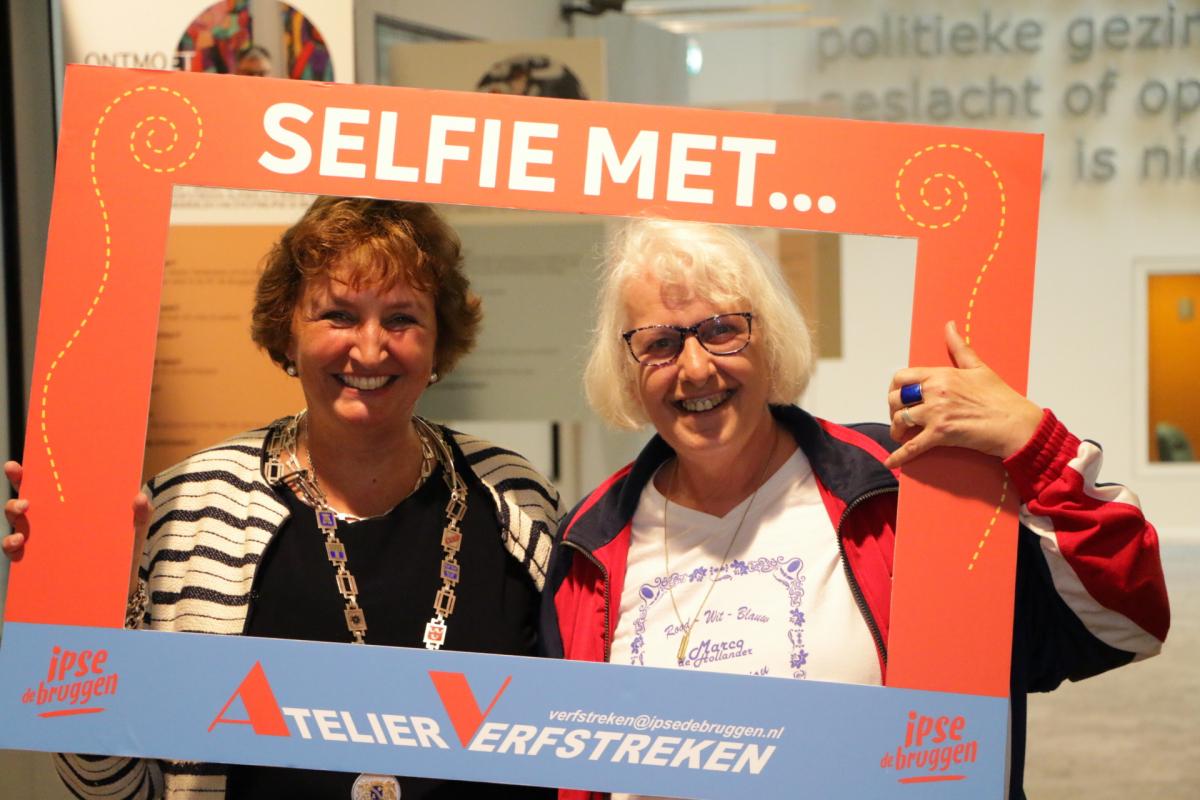 Expositie de Ontmoeting geopend in gemeentehuis Alphen