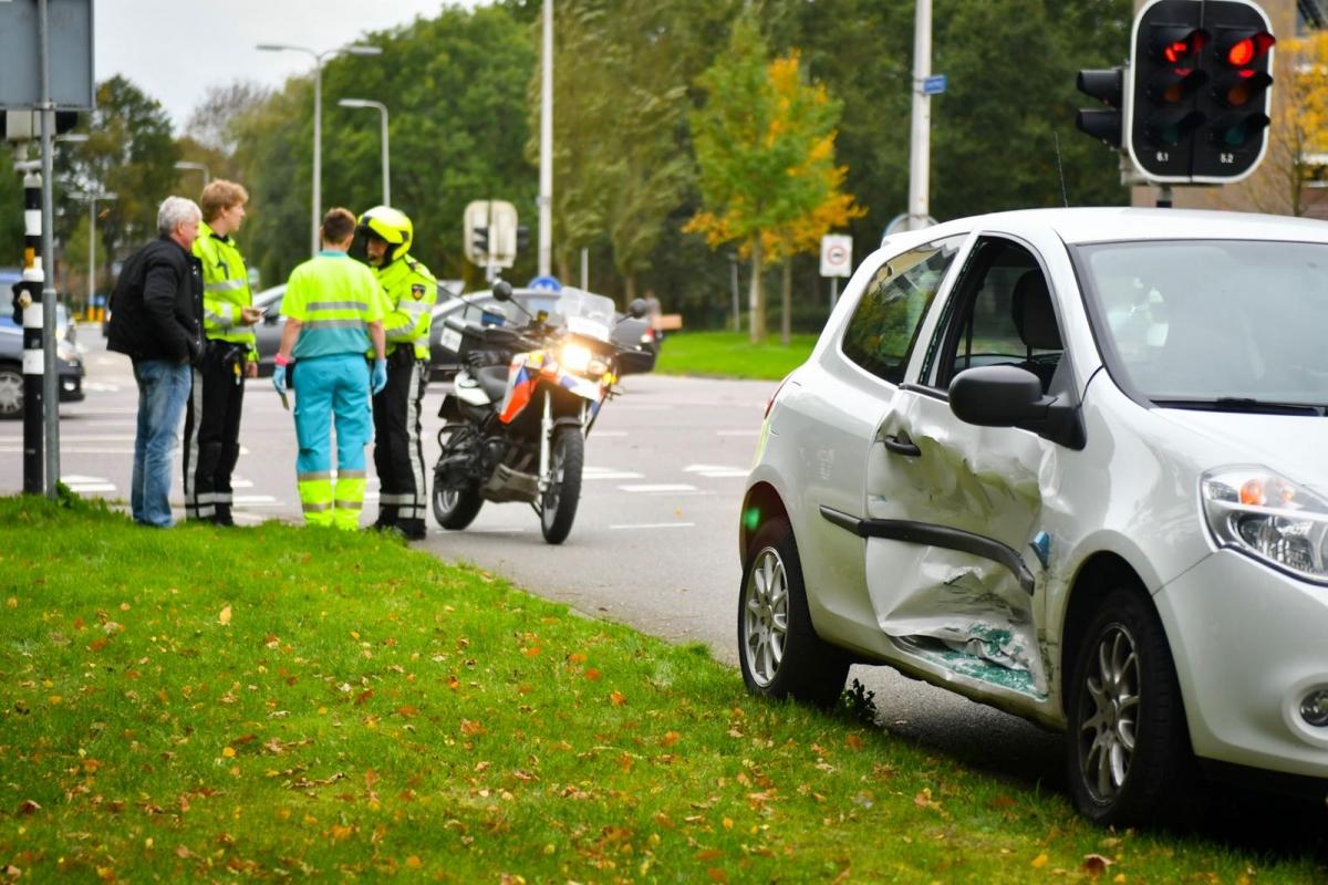 Vrouw gewond na botsing op kruising Concertweg