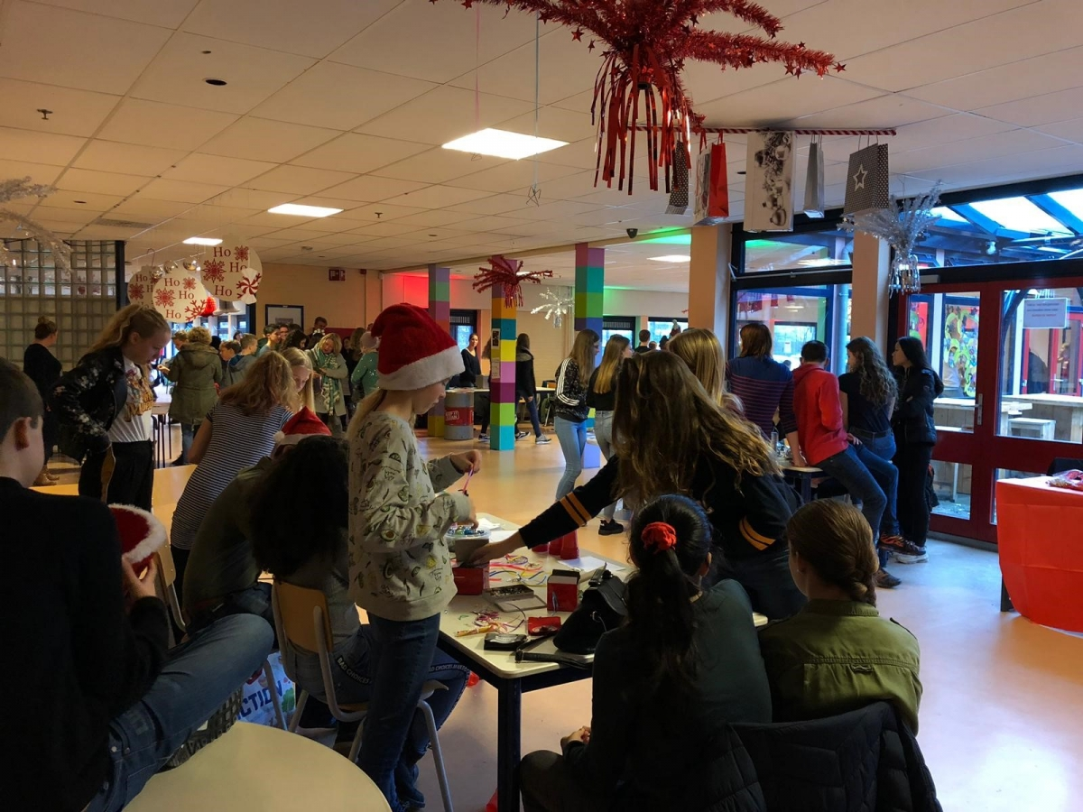 Kerstmarkt Ashram College brengt 2350 euro op