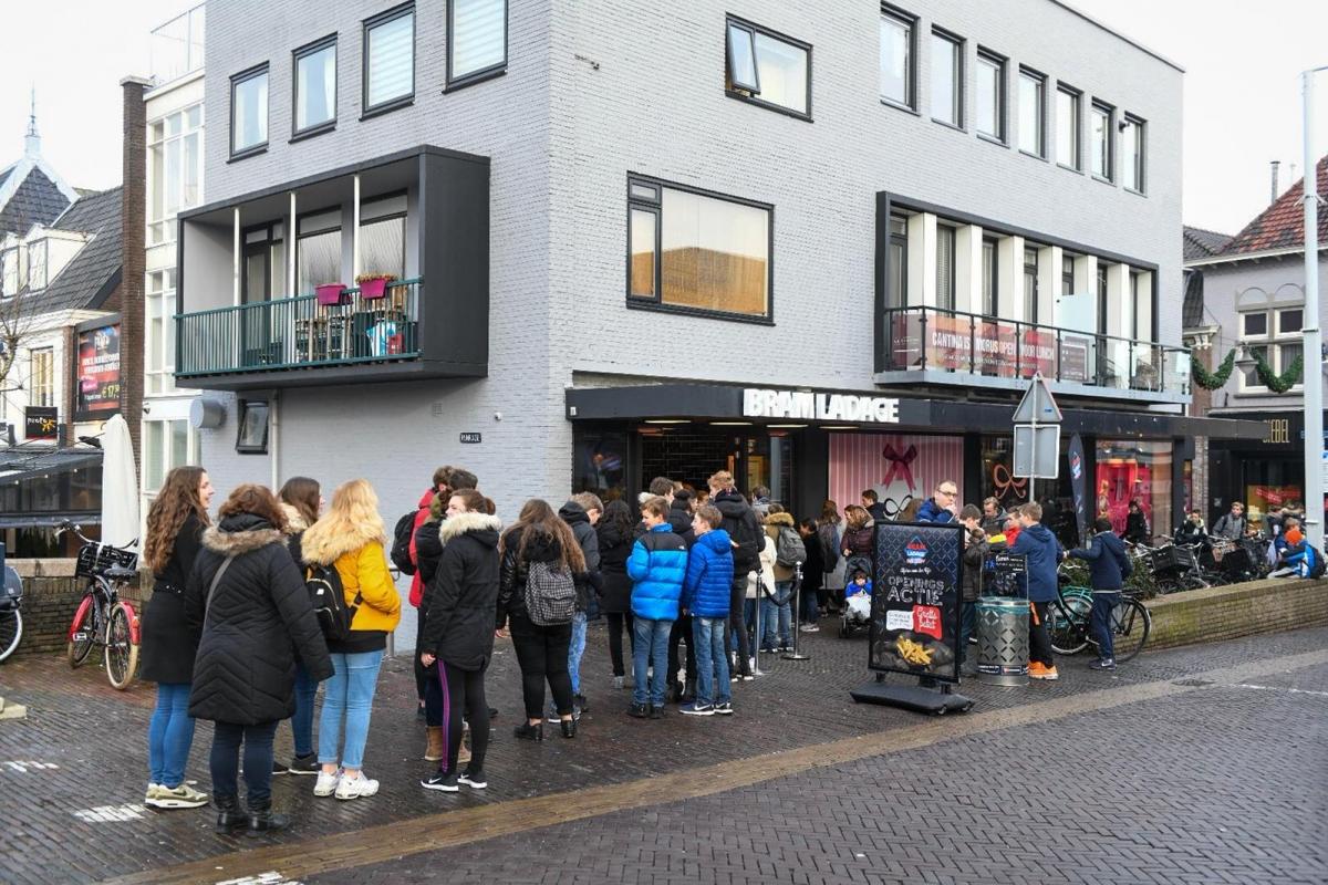 Lange rij voor gratis zak patat van Bram Ladage
