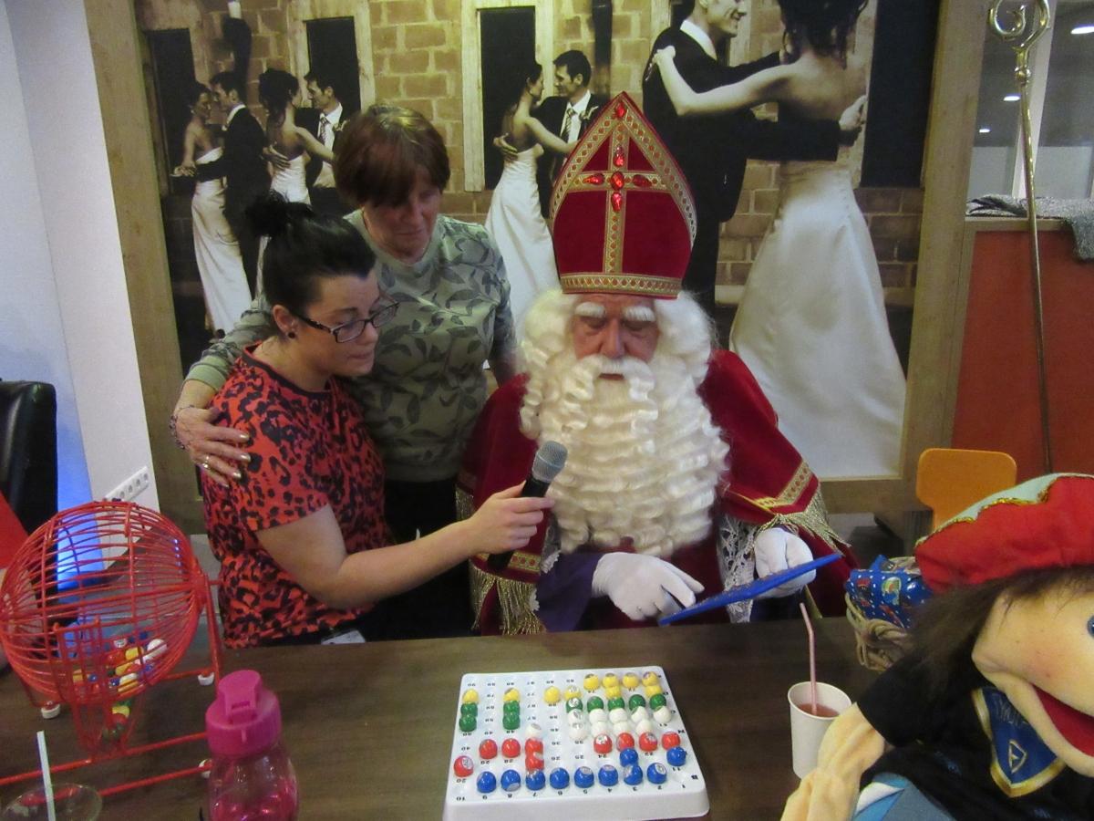 Sinterklaas en pieten helpen met bingo bij Oudshoorn